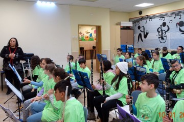 """תזמורת פרויקט """"סולמות"""" בבי""""ס שקמים-מעוז עם המארגנת שרה אלבז"""